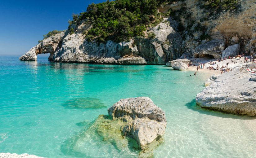 Vaut-il mieux jeter l'ancre en Corse ou en Sardaigne ?