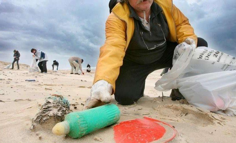 Ramasser les déchets sur la plage : écologie et économie